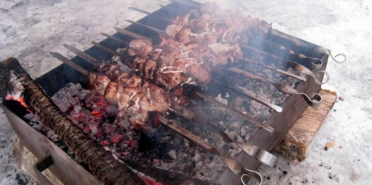 3. А теперь мясо нанизываем на шампуры, и жарим шашлык, как обычно. Теперь уже можно посолить.