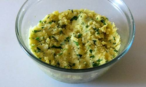 Картофель отварите, сделайте пюре, добавив зелень, специи, масло.