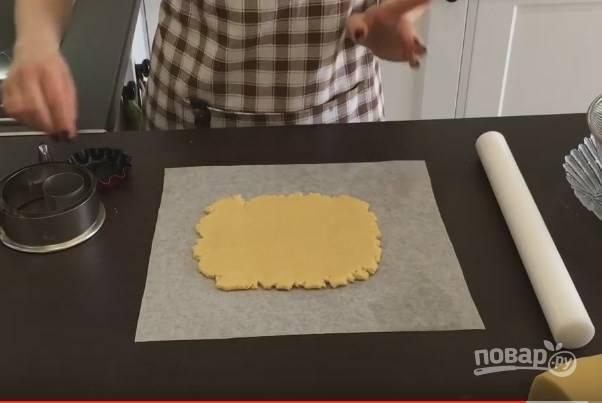 6. Разделите тесто на несколько частей, раскатайте его на пергаменте до 7-8 мм, не меньше.