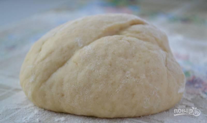 Потом влейте масло и кефир. Замешайте тесто вначале ложкой, а потом руками. Оставьте его на 20 минут, а пока займитесь начинкой.
