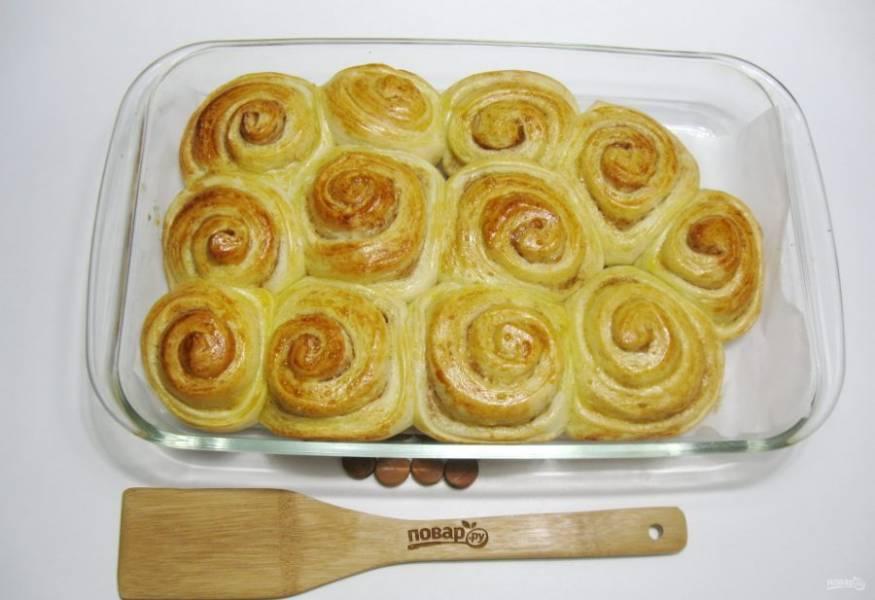 Отправьте в духовку, разогретую до 175-180 градусов. Пеките булочки 40-45 минут.