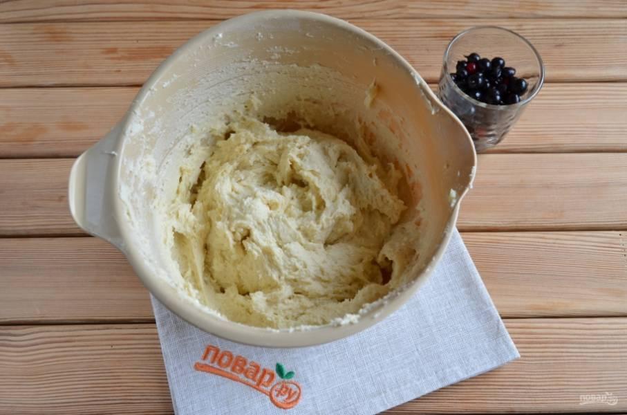 Если тесто достаточно плотное, значит оно готово. Если у вас получилось жидковатое, то добавьте еще половину стакана муки. Количество муки может зависеть от влажности творога.