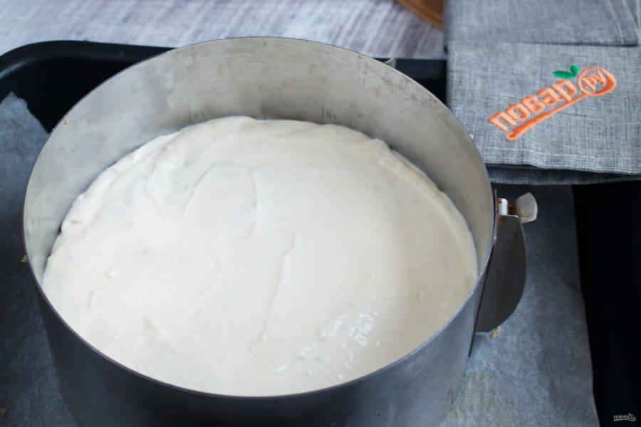 Вылейте массу на песочный корж. Поставьте запекаться в разогретую до 150 градусов духовку на 70-80 минут. Края чизкейка должны схватиться, а серединка чуть подрагивать. Выключите духовку, приоткройте дверцу и дайте пирогу полностью остыть.