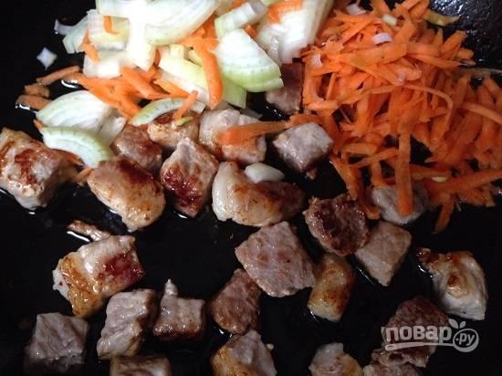 И отправляем на сковороду к обжаренному мясу. Перемешиваем, немножко подсолим и накроем крышкой. Тушим-обжариваем на небольшом огне. Добавим немного воды, чтобы мясо дошло практически до готовности.