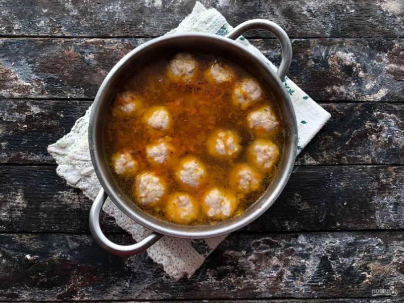 Выложите обжаренные овощи, перемешайте, добавьте соль, перец и варите суп еще 10 минут на маленьком огне.