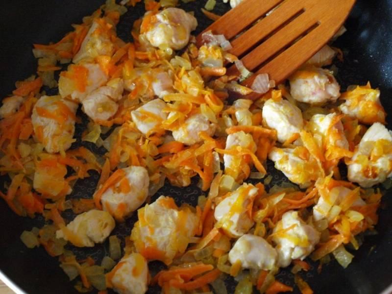 1. На растительном масле обжарим сначала лук и морковь, а потом добавим курицу, порезанную кусочками, и продолжим жарить до готовности.