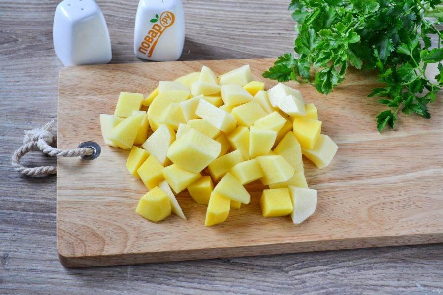 Картофель нарежьте небольшим кубиком и отправьте в кипящую воду.