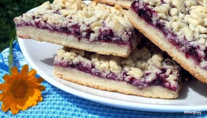6.Выпекайте венское печенье с вареньем в нагретом духовом шкафу в течение получаса до полной готовности. Порежьте песочное печенье на маленькие квадраты и охладите. Приятного аппетита.