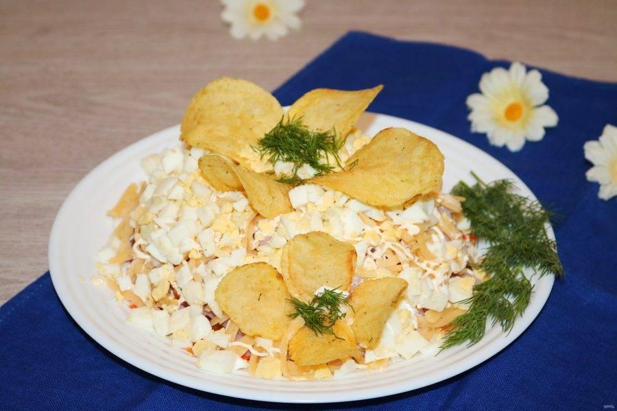 Салат с чипсами и корейской морковкой готов! Приятного аппетита!