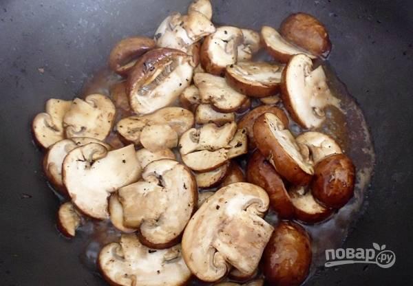 Грибы помойте, порежьте тонкими слайсами и также обжарьте на растительном масле 10-15 минут.