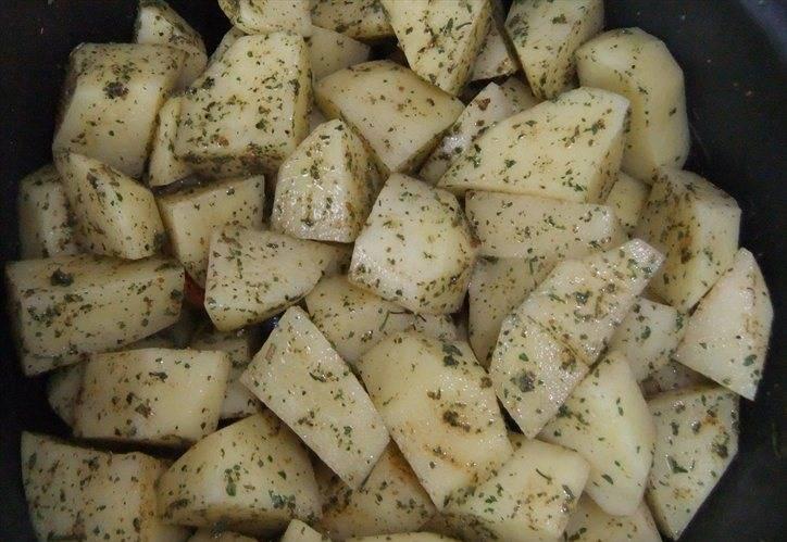 """3. Картошку режем кусочками и обсыпаем любыми приправами на ваш вкус. Выкладываем сверху, и в режиме """"Плов"""" держим блюдо час."""