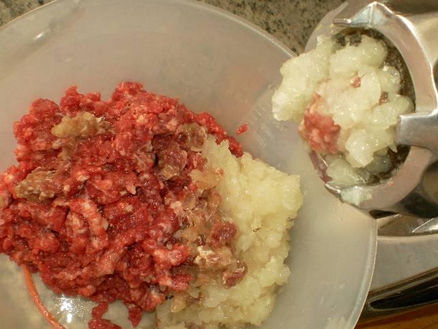 Тем временем займемся приготовлением фарша. Пропускаем мякоть баранины и телятины через мясорубку вместе с 2 луковицами.