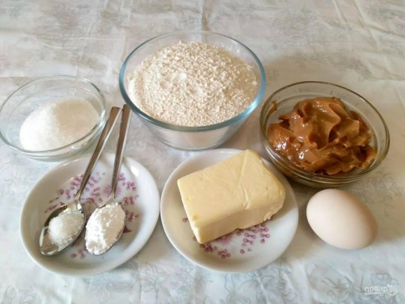 Подготовьте все ингредиенты, необходимые для приготовления печенья. Учитывайте, что сливочное масло должно быть мягким и пластичным, поэтому заранее выньте его из холодильника.