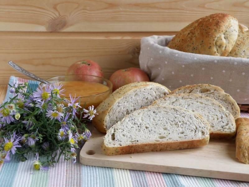 Готовые хлебцы выложите на доску и, накрыв полотенцем, дайте остыть. Подавать булочки вкусно с медом.