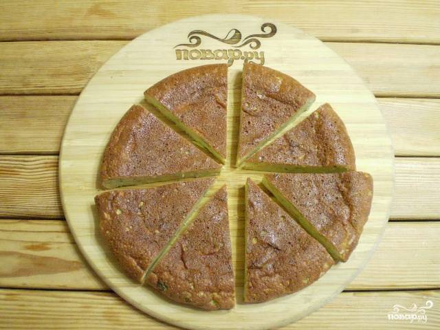 Порежьте на кусочки и подавайте пирог с соусами или сметаной.