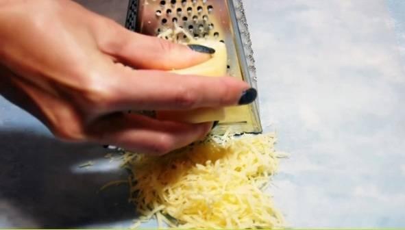 1. Отличный рецепт закуски для большой компании. Для ее  приготовления нам понадобится тонкий лаваш, яйцо, сыр, чеснок и специи. Для начала натираем твердый сыр на средней терке.