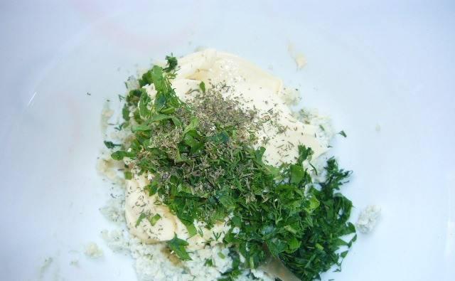 Добавляем сливочный сыр, измельченную зелень и тимьян.