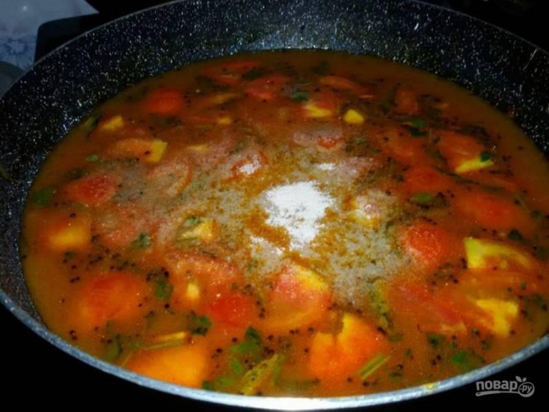 6. Вылейте всю воду и добавьте сахар. Прокипятите суп, подавайте его к столу горячим.