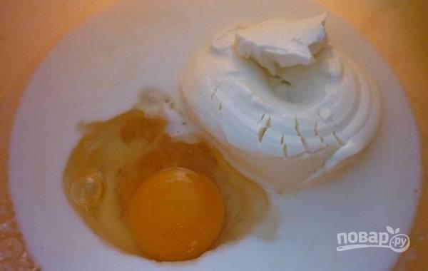 1. В глубокую мисочку отправьте яйца, кефир и творог. Перемешайте венчиком или вилкой до однородности.