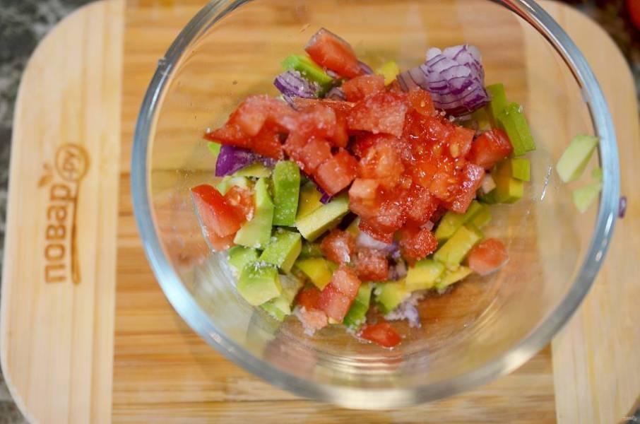 Добавьте нарезанный помидор, лук и кинзу.