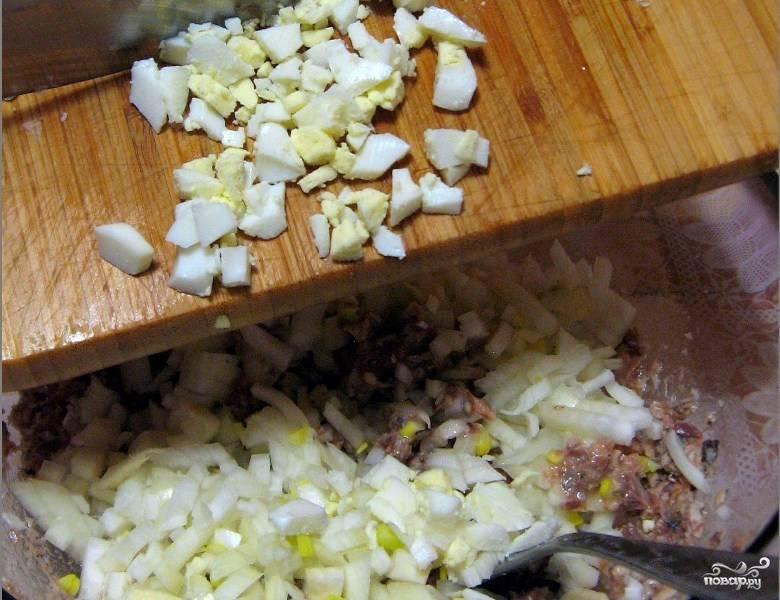 Когда яйца будут готовы, нам необходимо их остудить, а затем мелко нарезать. Их мы так же отправляем к остальным ингредиентам.