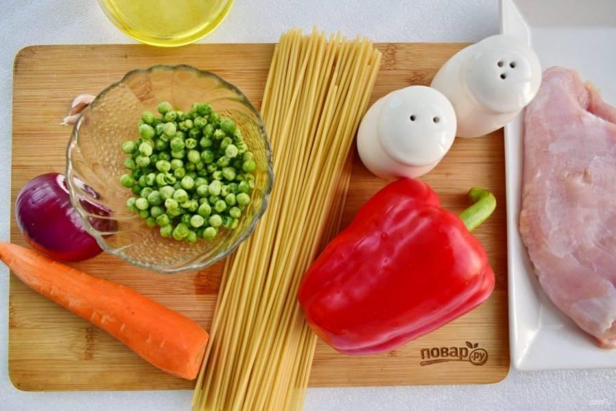 Подготовьте необходимые продукты. Филе индейки промойте, обсушите. Овощи вымойте, очистите, у перца удалите семена и плодоножку. Спагетти отварите в кипящей подсоленной воде, согласно инструкции, указанной на упаковке.