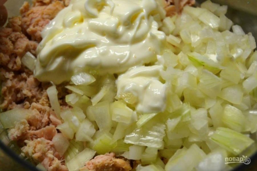 3.Смешайте лук с тунцом, заправьте салат майонезом.