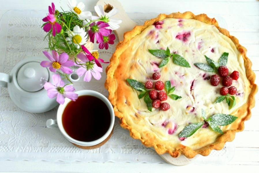 Готовый тарт остудите в форме, аккуратно выньте на решетку и остудите полностью. Украсьте тарт ягодами малины и свежей мятой, присыпьте сахарной пудрой и подавайте к чаю.