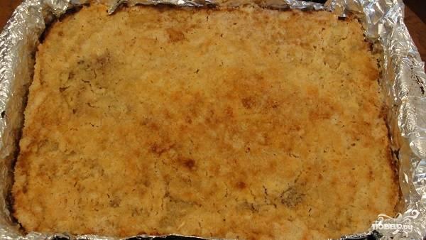 10. Примерно через 45-50 минут яблочный пирог с манкой в домашних условиях будет готов. Перед подачей его можно присыпать сахарной пудрой или полить сметаной, например.