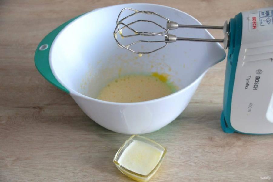 Влейте в смесь растопленное сливочное масло.