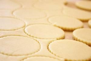Разогреваем духовку до 200 градусов. Формочкой вырезаем печеньки любой формы.
