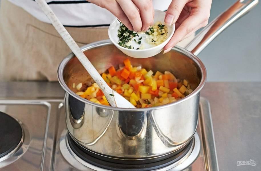4. На следующем этапе приготовления вам понадобится лук, сельдерей, морковь, чеснок. Нарежьте их на средние кубики и поместите в кастрюлю с бульоном готовиться 10-15 минут.
