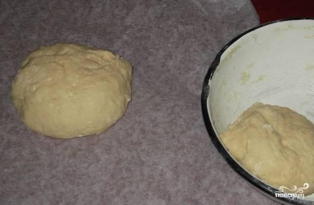 3.Тесто разделите пополам. Раскатайте обе части в пол сантиметровые коржи. Для того чтобы тесто не прилипало используйте пергаментную бумагу.