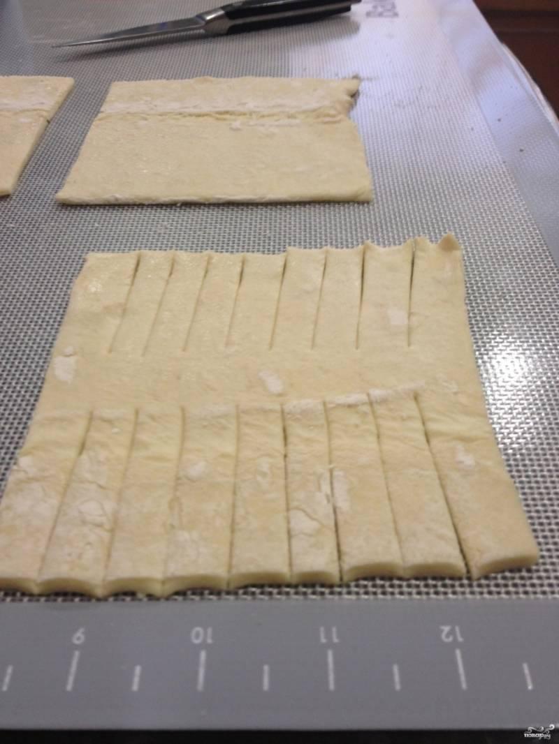 Шаг 2. Сделайте надрезы на тесте по 4-5 см. в длину (как показано на фото).