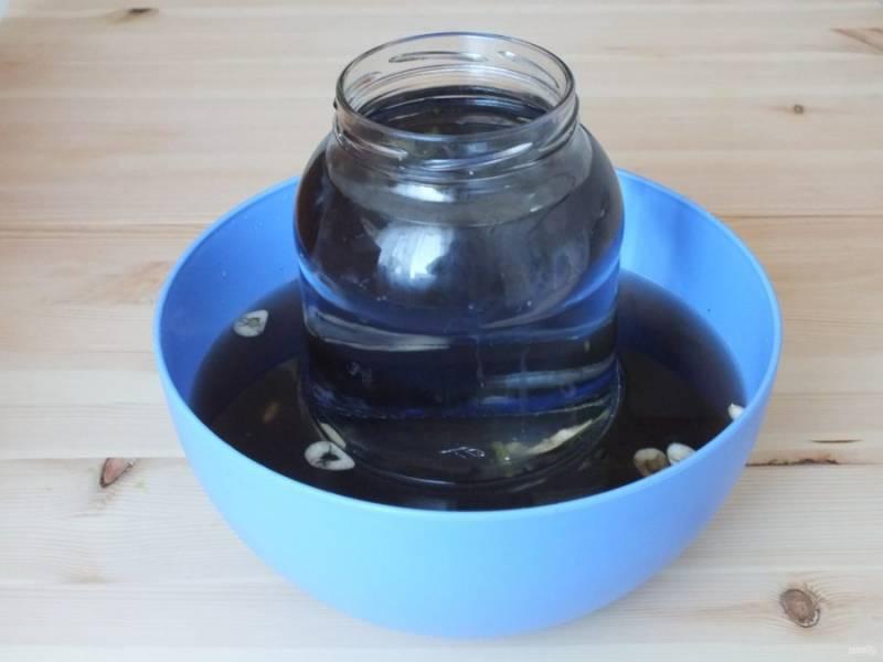 Придавите баклажаны тарелкой и поставьте гнет. В таком виде оставьте при комнатной температуре на трое суток.