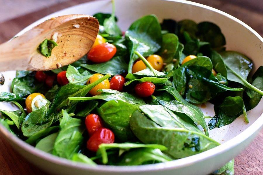 10. Добавьте шпинат и измельченный чеснок к помидорам, протушите минут 5 и подавайте овощи с сочной куриной грудкой к столу.