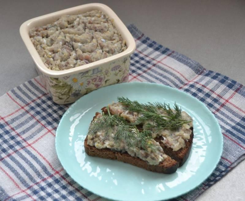 Намажьте на кусочек бородинского хлеба, добавьте веточку укропа и приятного аппетита!