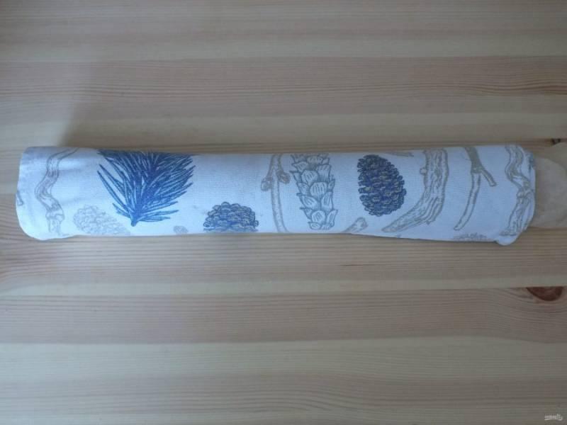 Переложите бисквит на полотенце и не снимая пергамента туго закрутите в рулет. Оставьте в таком виде до полного остывания. По времени часа на 3.