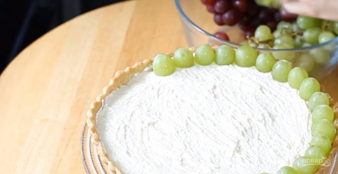 6. Выложите крем с подготовленную песочную основу. Украсьте пирог виноградом, выложив его кругами. Посыпьте сахарной пудрой. Приятного аппетита!