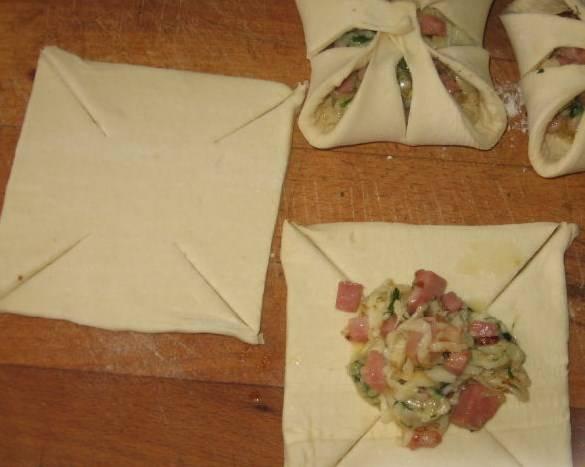Тесто раскатываем, режем на квадратики, делаем прорези (открытые хачапури получаться). Выкладываем начинку.