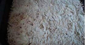 Смазываем противень растительным маслом. Выкладываем на него 1/2 часть картофеля, смазываем майонезом.
