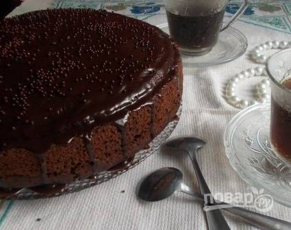 Остужаем глазурь, поливаем ею торт. А дальше украшаем по своему желанию.