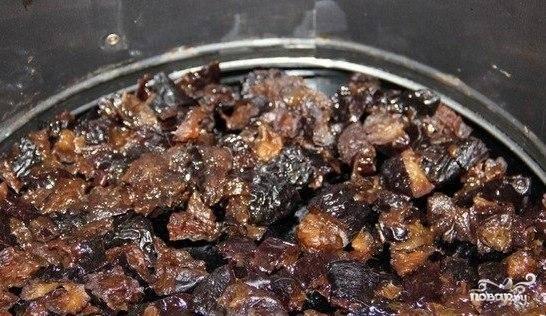 Предварительно следует отварить картофель, яйца и куриную грудку. Чернослив опустить в кипяток на 15 минут. Затем в форму выкладываем салат слоями. Первым в форму выкладываем порезанный средними кусочками чернослив.
