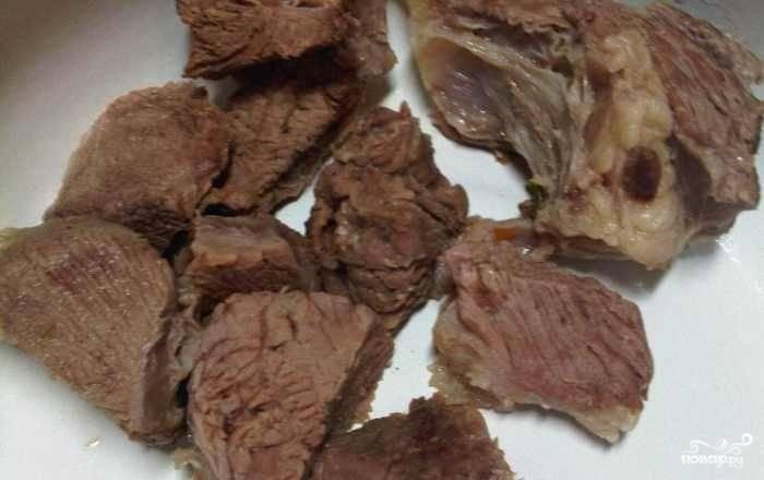 Варёное мясо нарежьте кусочками и также внесите в суп. Посолите его по вкусу.