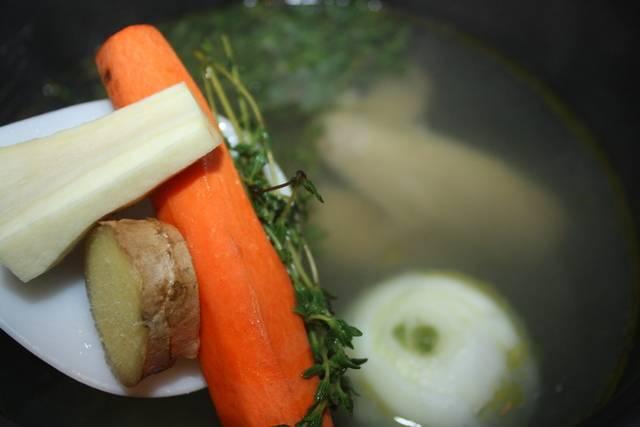 """2. В мультиварку выкладываем курицу, зелень и всяческие приправы на ваш вкус. Заливаем горячей водой, и в выставим режим """"Тушение"""" на один час. Через полчаса добавим овощи, которые мы перед этим вынули."""