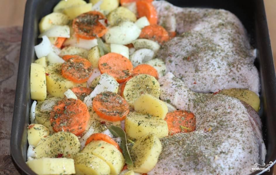 Порезанные овощи перемешиваем и выкладываем к курице. Сверху присыпаем специями, солью и перцем. Вливаем 200 мл. воды — и отправляем блюдо в духовку на 1 час. Температура — 200 градусов.