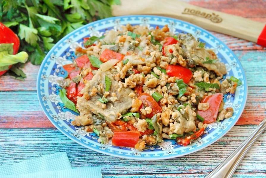 Затем фольгу снимаем, смазываем верх сметаной и готовим еще примерно 15 минут. Баклажаны с мясом и овощами готовы.  Подаем в горячем виде как самостоятельное блюдо.