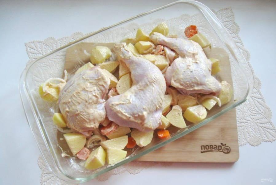 На овощи выложите курицу.