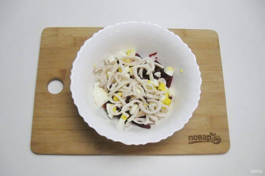Кальмары также нарежьте соломкой и выложите в салатник.