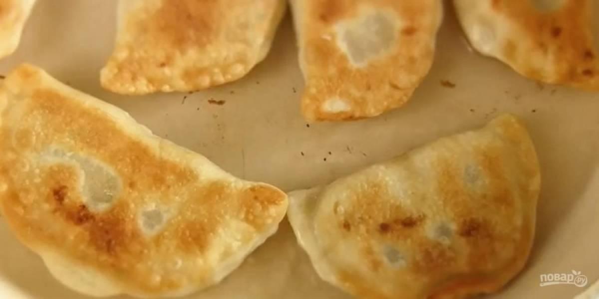 6. Сформируйте пирожки вформе вареников. Обжарьте пирожки в разогретом растительном масле с двух сторон. Приятного аппетита!